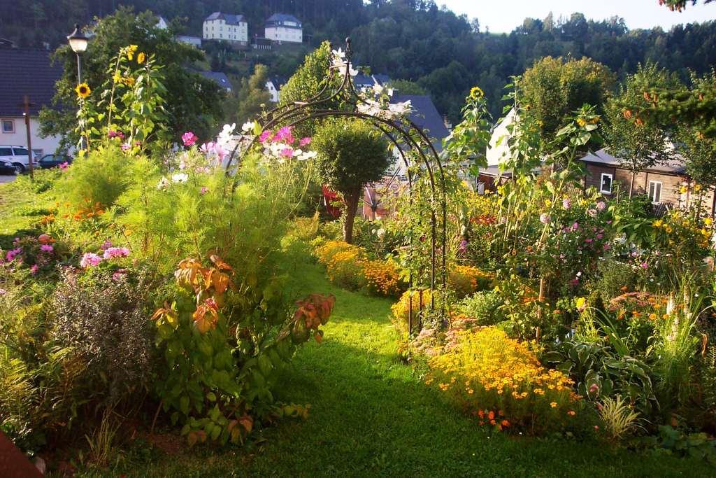 ein kleiner landhausgarten im erzgebirge hoffmanns im erzgebirge erholen erleben genie en. Black Bedroom Furniture Sets. Home Design Ideas